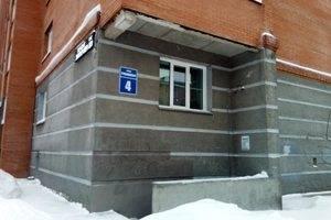 Адресная табличка на торце здания: улица Рубиновая, 4